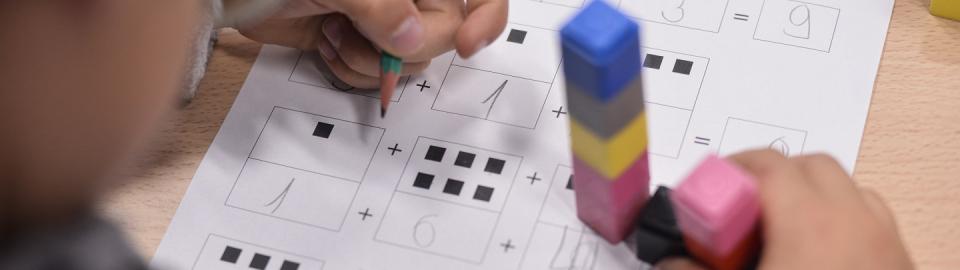 Jeune enfant dessinant
