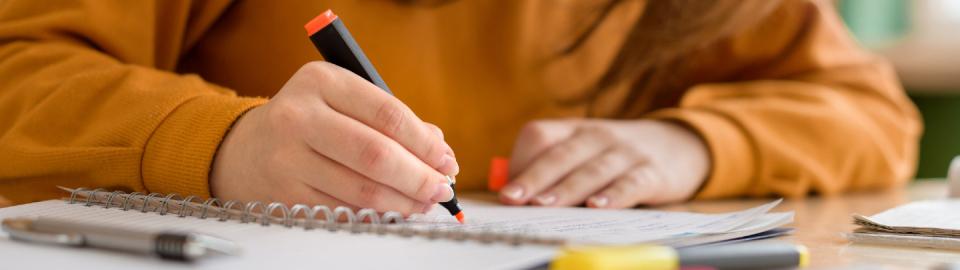 Une élève fait ses devoirs