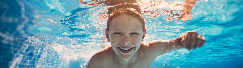 Un enfant nage