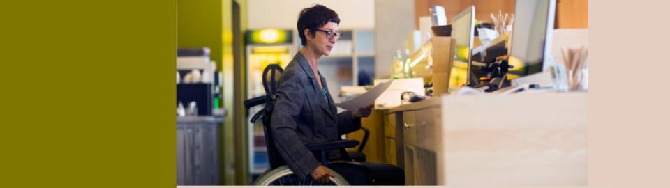 Une femme handicapée travaillant