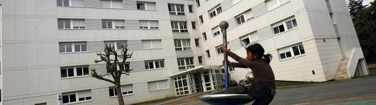 Une petite fille jouant en bas de son immeuble