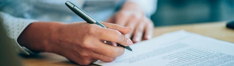 Une jeune femme signe un contrat d'embauche
