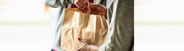 Une livraison à domicile avec sac en papier