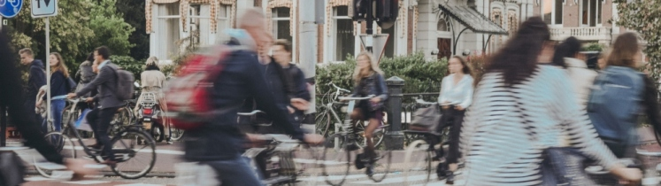 Photo de cyclistes roulant en milieu urbain