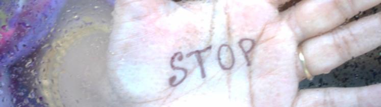 Une main féminine avec la mention « stop » dans la paume