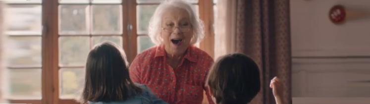 Une grand-mère avec ses petits-enfants