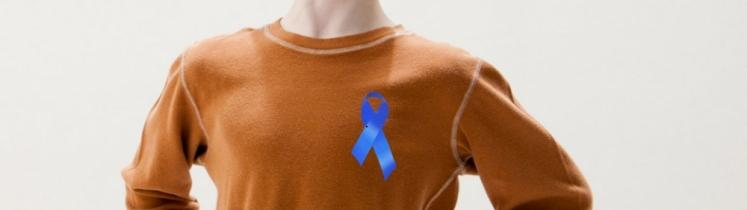 Un enfant porte un ruban bleu