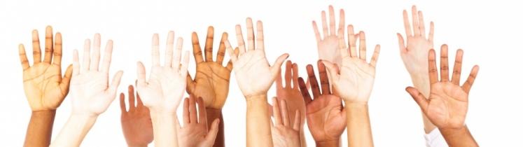 Des mains levées