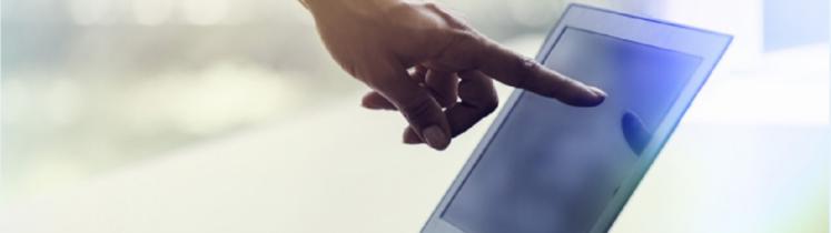 Une main montre un écran d'ordinateur