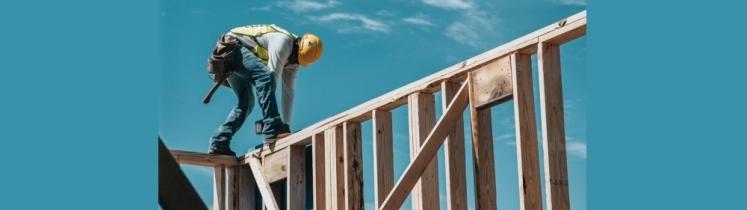 Un ouvrier sur un bâtiment en construction