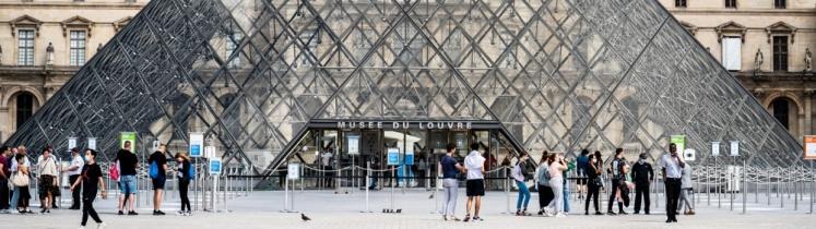 Les losanges de la pyramide du Louvre