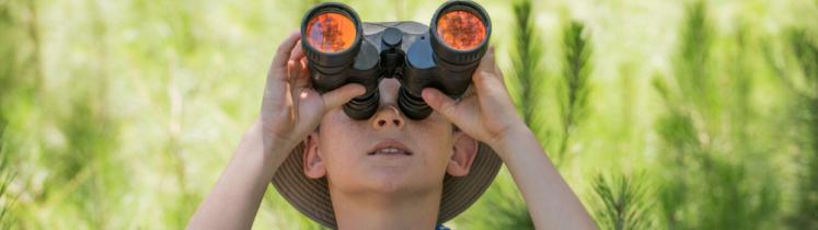 Un enfant regarde dans des jumelles