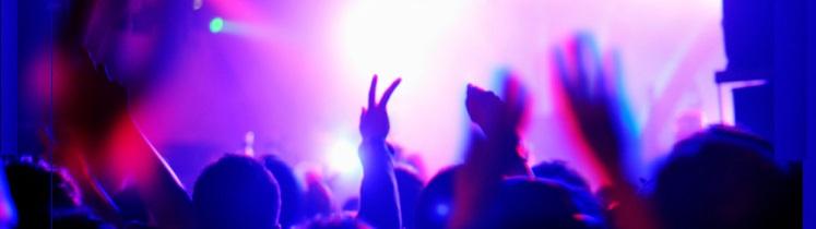Des danseurs dans une discothèque