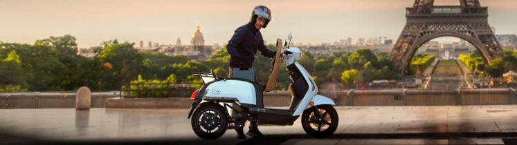 Le scooter à hydrogène Mob-ion/Store--H sur le parvis du Trocadéro