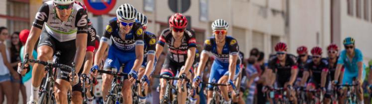 Un peloton de coureurs cyclistes