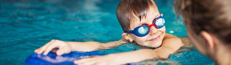 Un enfant lors d'une leçon de natation