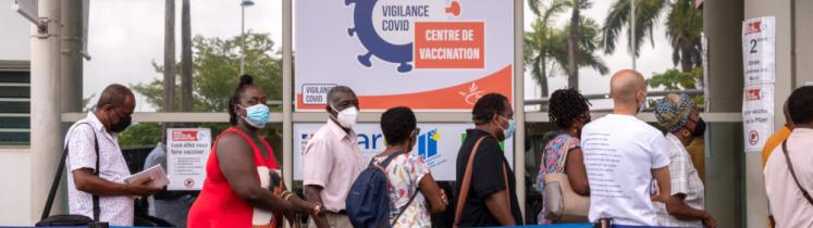 Des personnes font la queue pour se faire vacciner en centre de vaccination à Pointe-à-Pitre