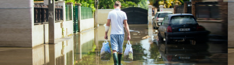 Un homme marche dans l'eau après une intempérie