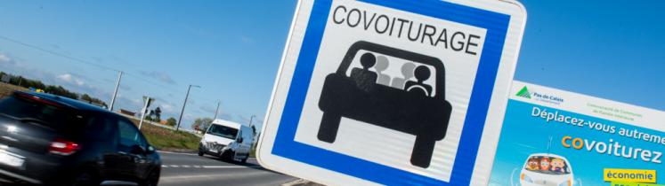 Un panneau de covoiturage au bord de la route