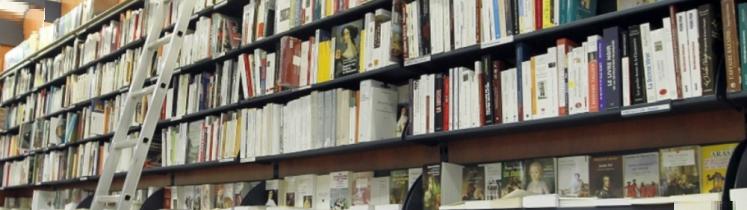 Des livres en rayonnage de librairie