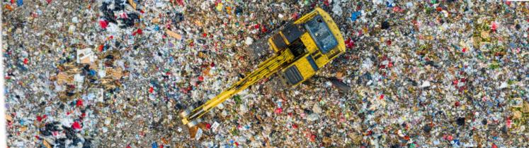 Photo d'un terrain de déchets à recycler, avec une grue