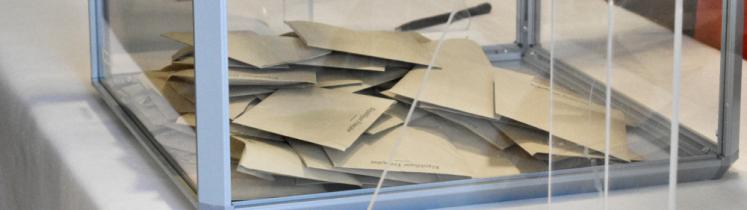 Des bulletins de vote dans une urne