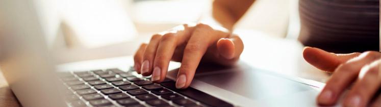 Une femme sur un ordinateur portable