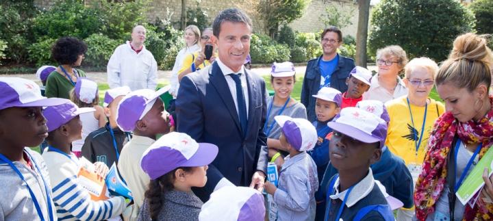 """[L'Essentiel] Manuel Valls reçoit 300 enfants et familles """"oubliés des vacances"""" à Matignon"""