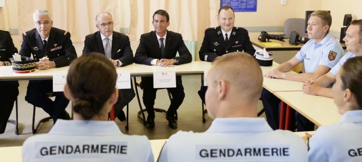 """Manuel Valls aux élèves réservistes de la gendarmerie : """"Vous êtes un exemple à suivre"""""""