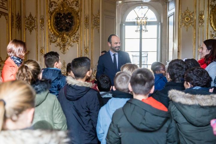 Plantation par le Premier ministre, Édouard Philippe, d'un arbre dans le jardin de l'Hôtel de Matignon