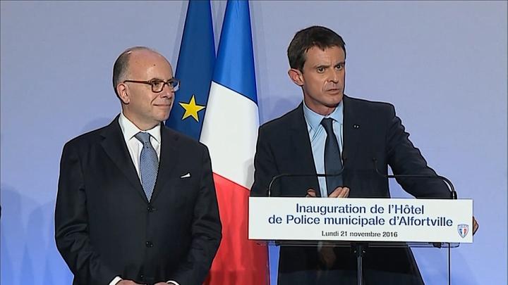 """Manuel Valls : """"Vous portez l'uniforme. Soyez fiers, car les Français sont fiers de leurs policiers"""""""