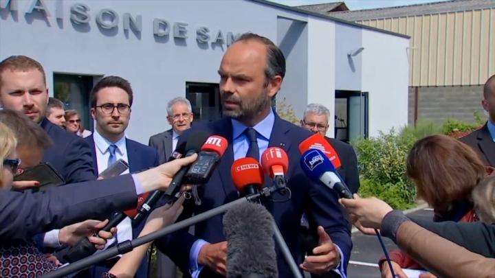 #MatignonCher : point presse du Premier ministre devant la maison de santé de Sancoins