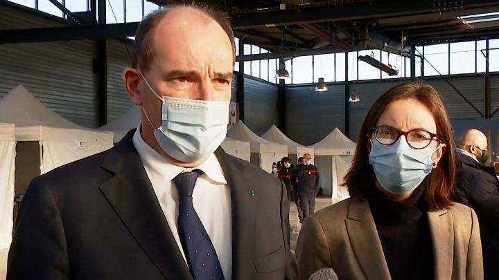 Visite du Premier ministre dans un centre de vaccination à Fleury-Mérogis